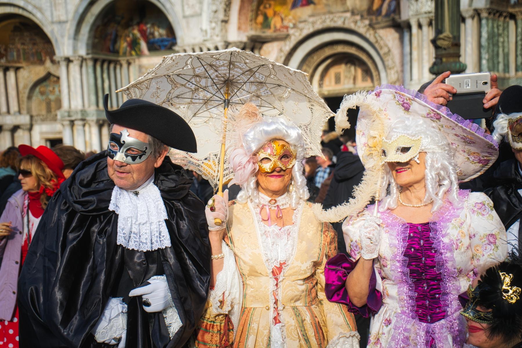 Drei feine Herrschaften in mittelalterlichen Masken