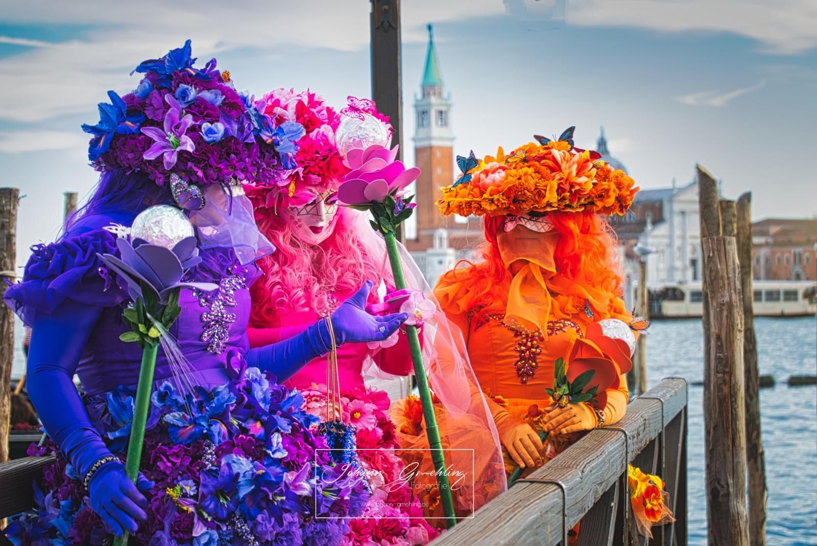 Drei Damen am Karneval