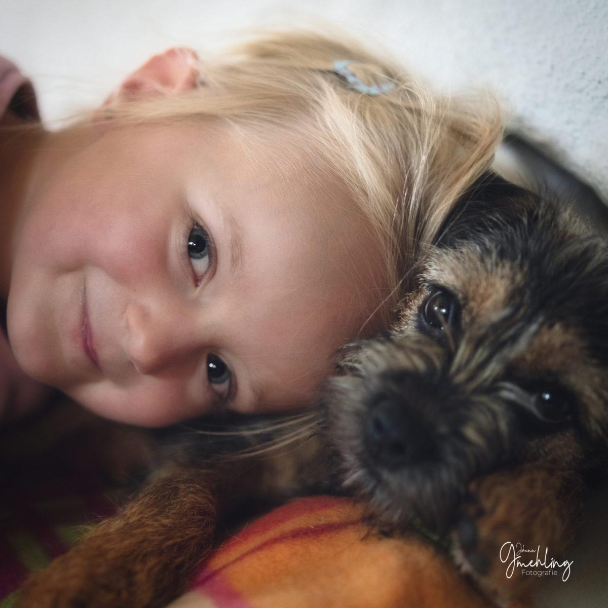 Mädchenportrait und Hund