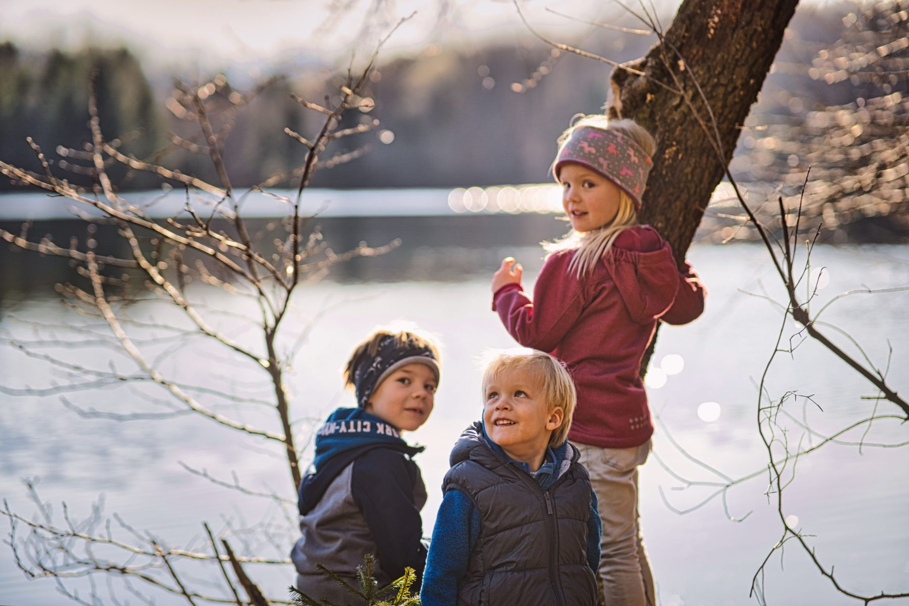 spielende Kinder am See