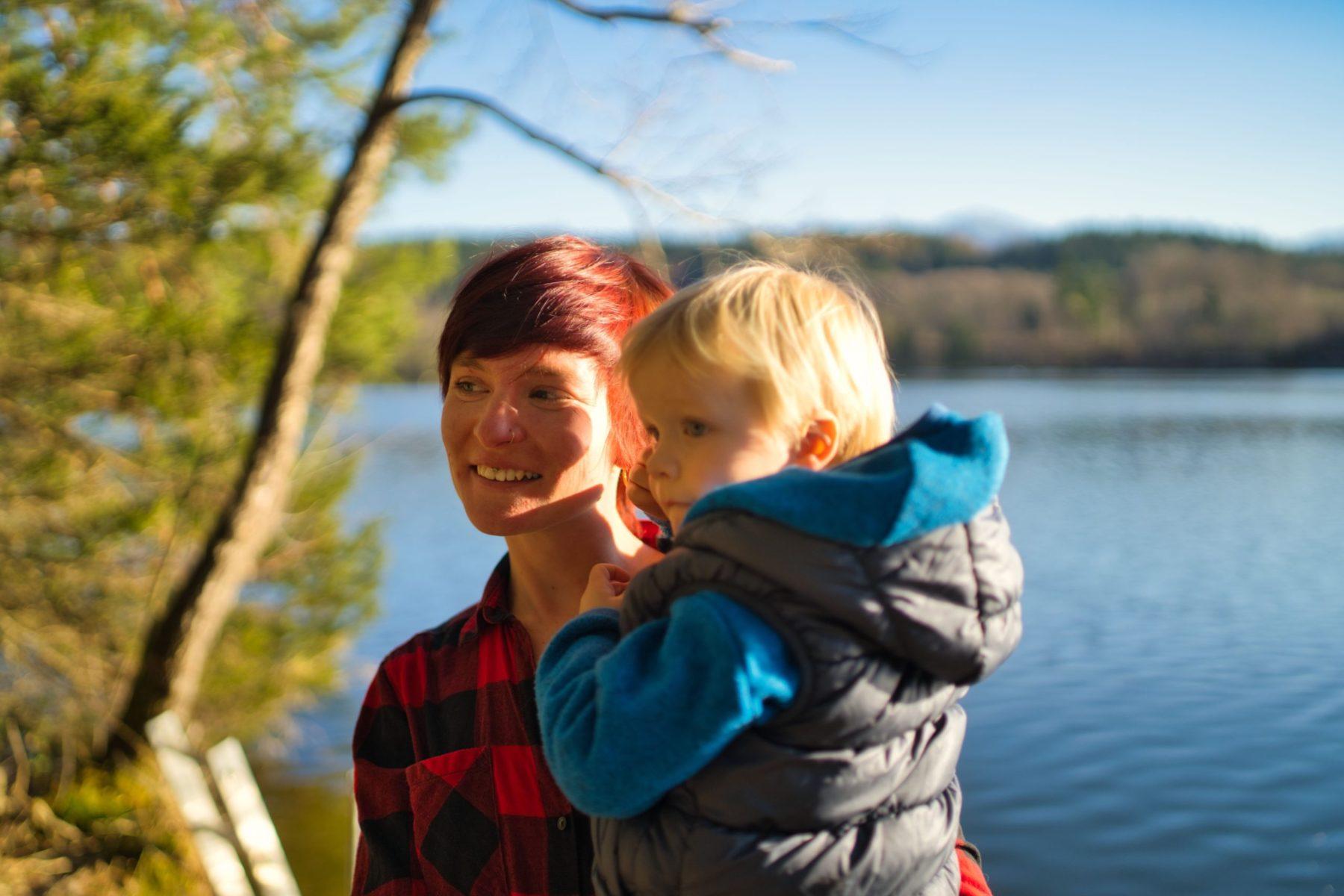 Mutter mit Sohn auf dem Arm