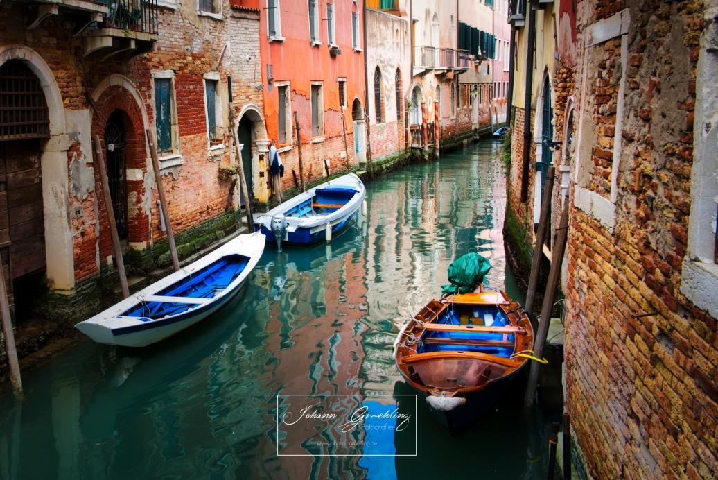 Grünes Wasser in einem Kanal in Venedig