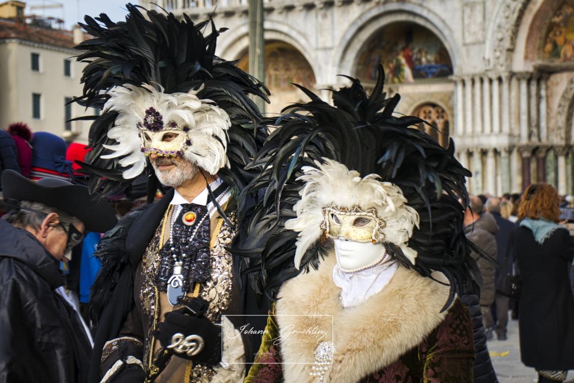 Masken mit schwarzen und weißen Federn