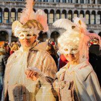 Masken im Abendlicht