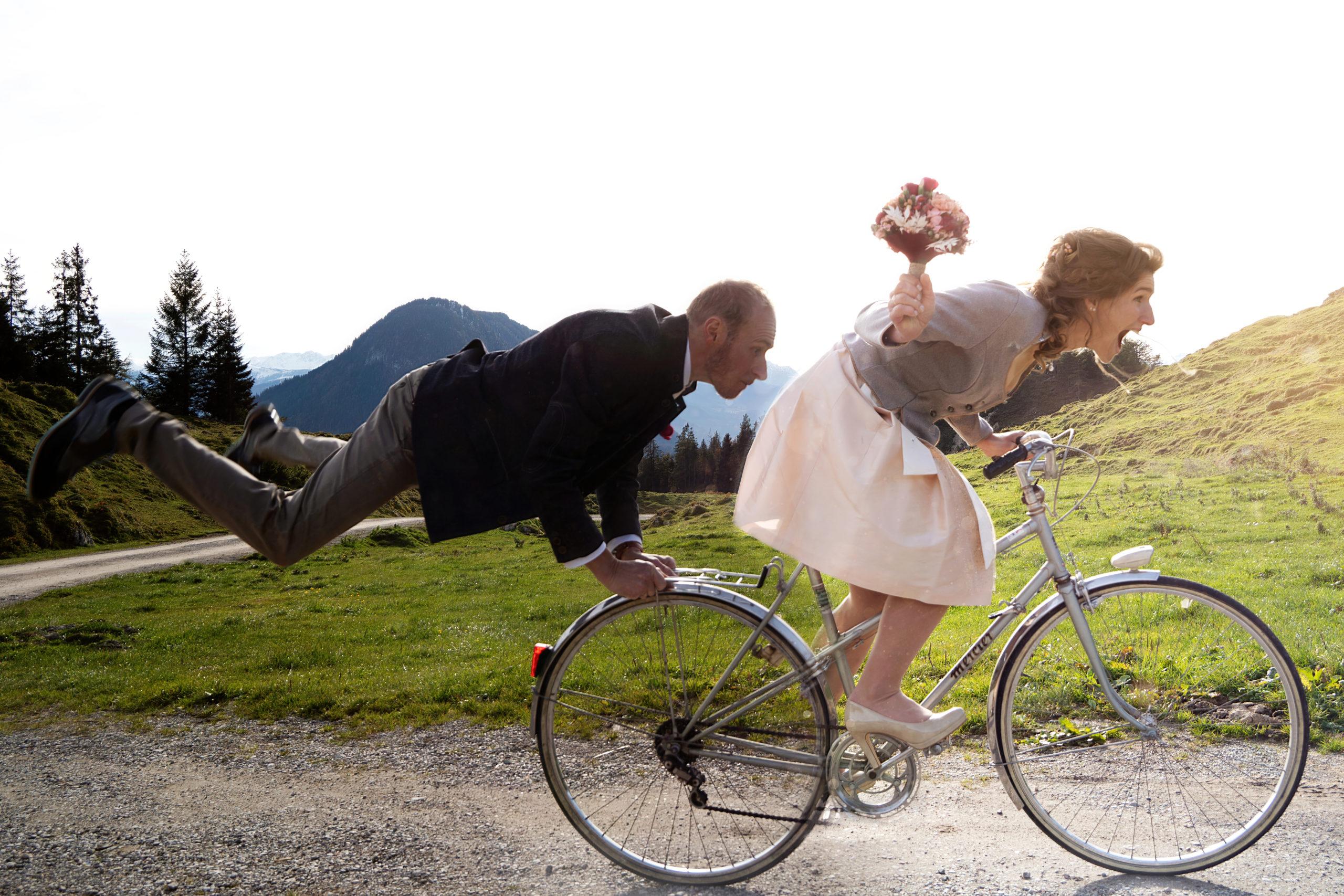 Fliegender Bräutigam hinter Fahrrad