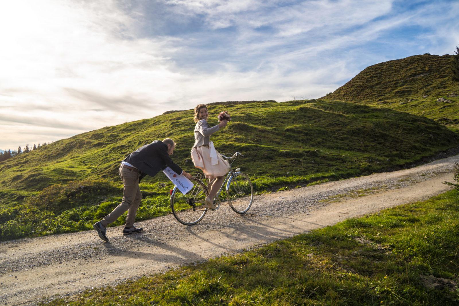 Spaß mit Brautpaar mit Fahrrad schieben