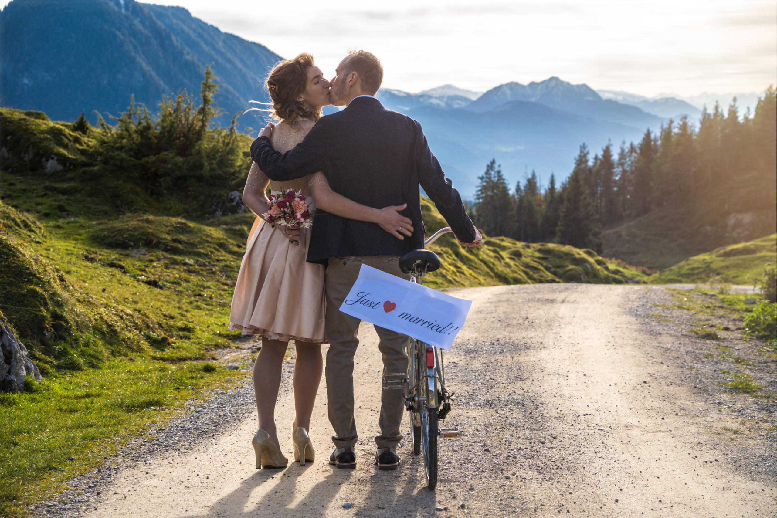 Brautpaar auf dem Weg mit Fahrrad