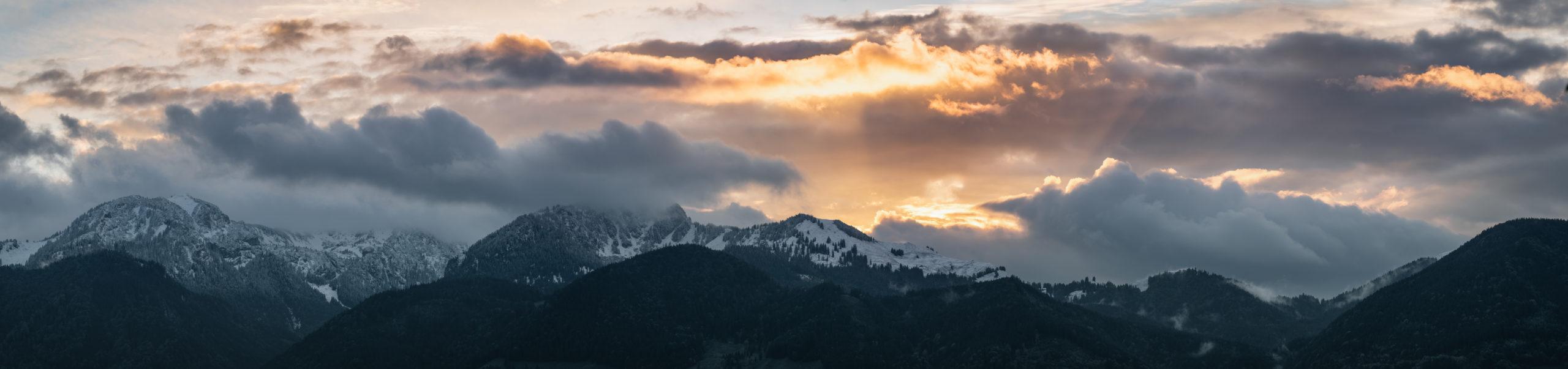 Sonnenuntergang über dem Wendelstein mit erstem Schnee im Oktober