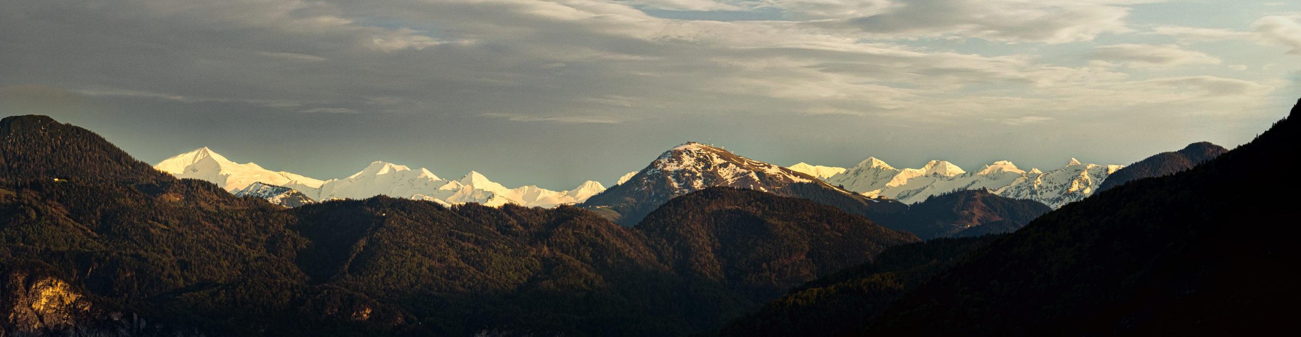 Gleißendes Abendlicht auf Schneebedeckte Berge